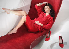 Härlig flicka i en röd klänning Royaltyfri Bild