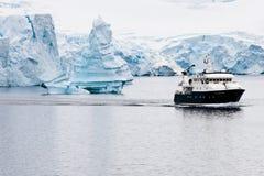 Härliga antarcticisberg med forskningshipen Royaltyfria Bilder