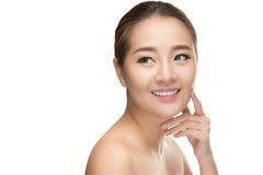 Härliga asiatiska den rörande skönhetkvinnan gör perfekt hud Arkivbilder