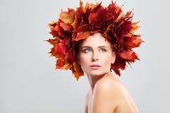 Härliga Autumn Fashion Model Woman med nedgånglönnlöv Royaltyfria Bilder