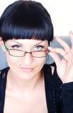 härliga brunettexponeringsglas som rymmer kvinnan Arkivfoton