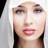härliga ögon vänder den sinnliga kvinnan mot Royaltyfri Bild