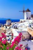 härliga greece traditionella väderkvarnar av Santorini Royaltyfri Bild