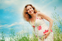 härliga händer över gravid tummykvinna Royaltyfria Foton