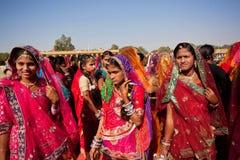 Härliga klädda kvinnor som går till och med folkmassan Arkivbild