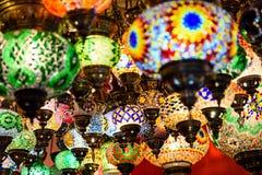 Härliga kulöra arabiska lampor i orientalisk storslagen basar Arkivfoto