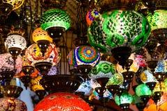 Härliga kulöra arabiska lampor i orientalisk storslagen basar Arkivbilder
