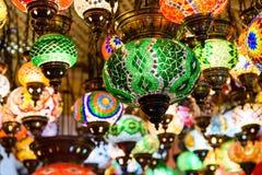 Härliga kulöra arabiska lampor i orientalisk storslagen basar Arkivbild