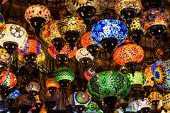 Härliga kulöra arabiska lampor i orientalisk storslagen basar Royaltyfri Foto