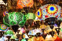 Härliga kulöra arabiska lampor i orientalisk storslagen basar Arkivfoton