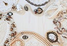 Härliga kvinnliga smycken och billiga prydnadssaker Arkivfoto
