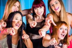 Härliga kvinnor som dansar i diskotek Arkivbilder