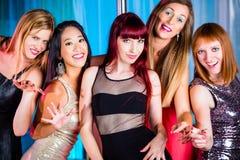 Härliga kvinnor som dansar i diskotek Royaltyfri Bild