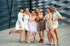 Härliga älskvärda flickor som dansar i den Vilnius staden Arkivbild