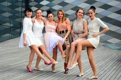 Härliga älskvärda flickor som dansar i den Vilnius staden Royaltyfria Bilder