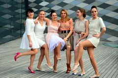 Härliga älskvärda flickor som dansar i den Vilnius staden Arkivbilder
