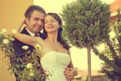 Härliga lyckliga par i natur Arkivbilder