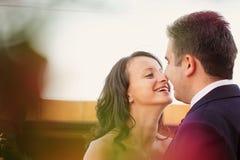 Härliga lyckliga par i natur Royaltyfria Bilder