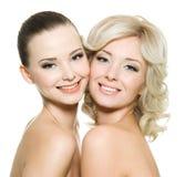 härliga lyckliga två kvinnor Arkivfoton