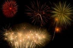 Härliga och färgrika fyrverkerier och mousserar för att fira nytt år eller annan händelse Royaltyfri Foto