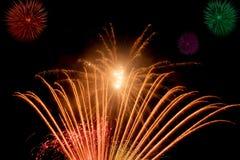Härliga och färgrika fyrverkerier och mousserar för att fira nytt år eller annan händelse Royaltyfri Fotografi