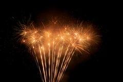 Härliga och färgrika fyrverkerier och mousserar för att fira nytt år eller annan händelse Arkivfoto