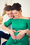 Härliga par av föräldrar i förväntan av barnet Royaltyfria Bilder