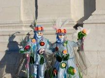 Härliga par i färgrika dräkter och maskeringar, Venetian karneval Royaltyfri Foto