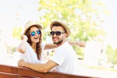 Härliga par på ett datum i parkera Arkivfoto