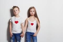 härliga par pojkeflicka little roliga ungar Fotografering för Bildbyråer