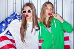 Härliga patriotiska flickor med klubbor Arkivfoto