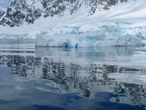 Härliga reflexioner av ett isberg i Antarktis Royaltyfri Foto