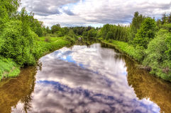 Härliga reflexioner i floden Arkivbild