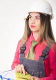 Härliga ritningar för kvinnaväg-och vattenbyggnadsingenjörinnehav Arkivfoto