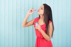 Härliga roliga blåsa partibubblor för ung kvinna Arkivfoton