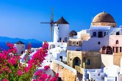 Härliga Santorini väderkvarnar, Oia Grekland Royaltyfri Bild