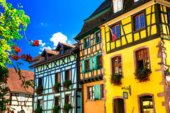 Härliga ställen av Frankrike - färgrik Riquewihr by i Alsace Royaltyfri Foto