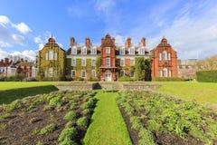 Härliga ställen runt om det berömda Cambridge universitetet Arkivfoton