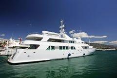 härliga stora lyxiga bedöva vita yachter Royaltyfri Foto
