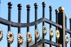 Härligt bearbetat staket Bild av ett dekorativt gjutjärnstaket Del av ett metallrasterstaket Arkivfoto