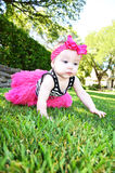 Härligt behandla som ett barn med rosa färgpilbågen Arkivfoto