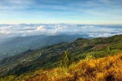 Härligt berglandskap i Phutabberk Phetchabun, Thailand Arkivfoto