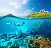 Härligt Caribian för korallrev hav med massor av fisken och kvinna Royaltyfri Foto
