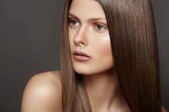 Härligt dana kvinnan modellerar med långt rakt hår Royaltyfri Foto