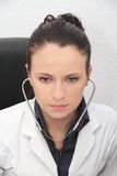 härligt doktorskvinnligstetoskop Royaltyfri Fotografi