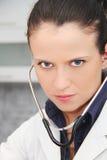 härligt doktorskvinnligstetoskop Royaltyfri Foto