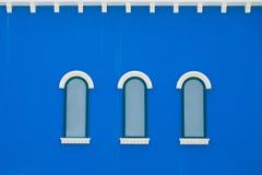 Härligt fönster på färgväggen Arkivfoton