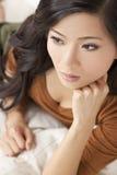 Härligt fundersamt orientaliskt koppla av för kvinna Arkivfoto