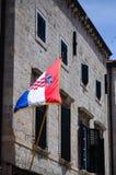 Härligt gammalt hus med den kroatiska flaggan på den huvudsakliga gå gatan i den gamla staden av Dubrovnik Arkivbilder