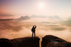 Härligt ögonblick miraklet av naturen Mannen står på maximumet av sandsten vaggar i nationalparken Sachsen Schweiz och att hålla  Fotografering för Bildbyråer